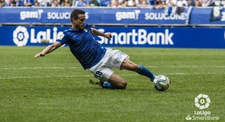 Christian Fernández intenta alcanzar un balón. Vía: LaLiga