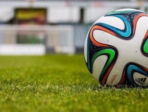 Balón en un campo